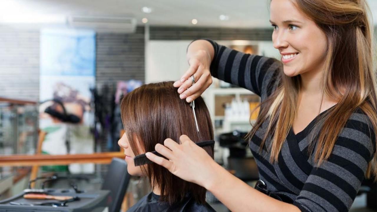 Estilista recortando cabello